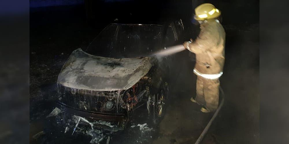 ¿Venganza, accidente o descuido? auto 2020 es consumido por el fuego