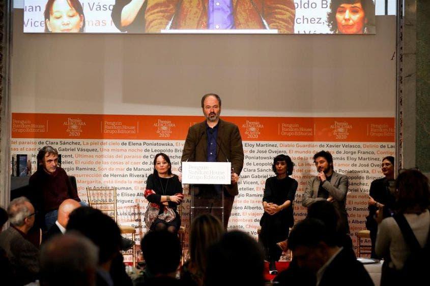 El escritor Juan Villoro, presidente del jurado del premio Alfaguara de Novela 2020, anuncia a Guillermo Arriaga como ganador del Premio Alfaguara de Novela 2020 en el Casino de Madrid.