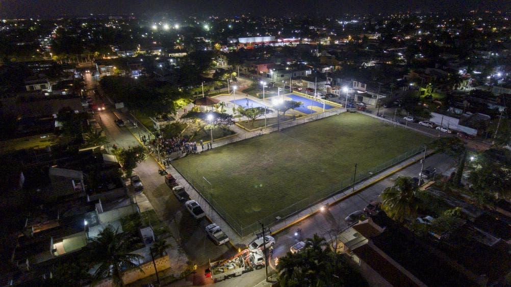 En respuesta a una añeja demanda ciudadana, el Presidente Municipal da el banderazo de arranque a los trabajos, que abarcarán áreas deportivas, parques y colonias de la isla