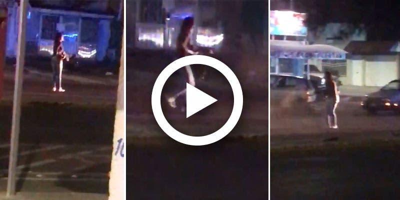Video: Transexual roba arma a policía y desata tiroteo en Aguascalientes.
