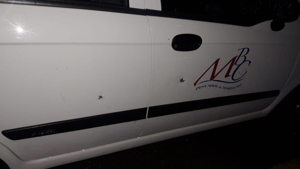 En la carrocería de la unidad quedaron las huellas de impactos de bala.