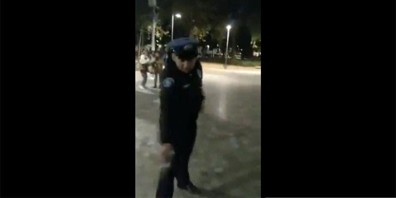 Amaga policía con matar a perro a balazos.
