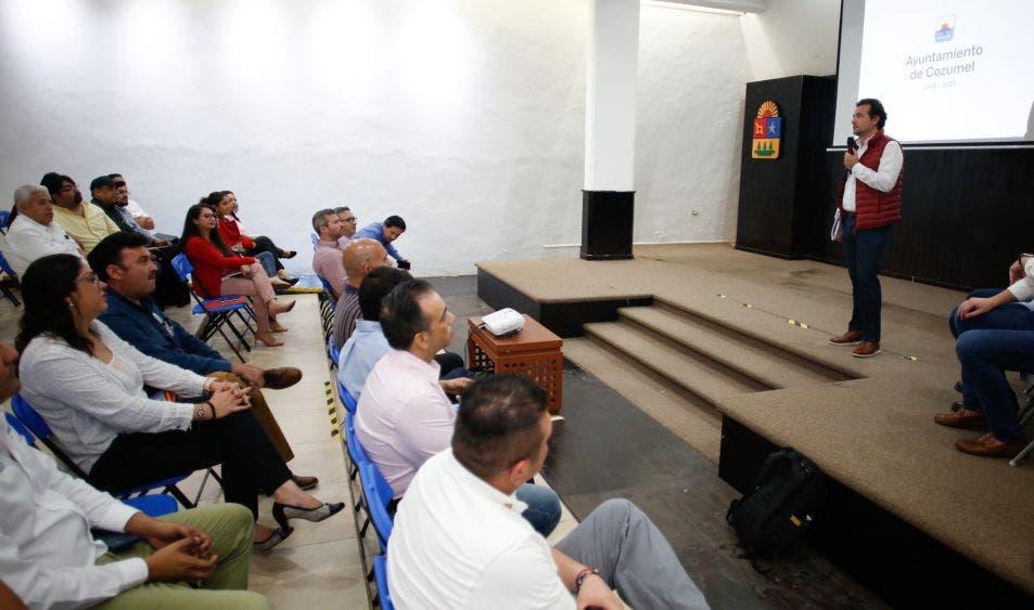 Durante una reunión con directores y subdirectores, sostiene el Presidente Municipal que la suma de esfuerzos es clave para brindar resultados seguros a los cozumeleños