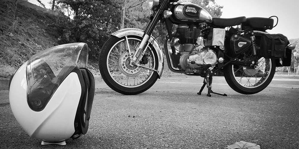 Por ir con el celular, motociclista sufre accidente