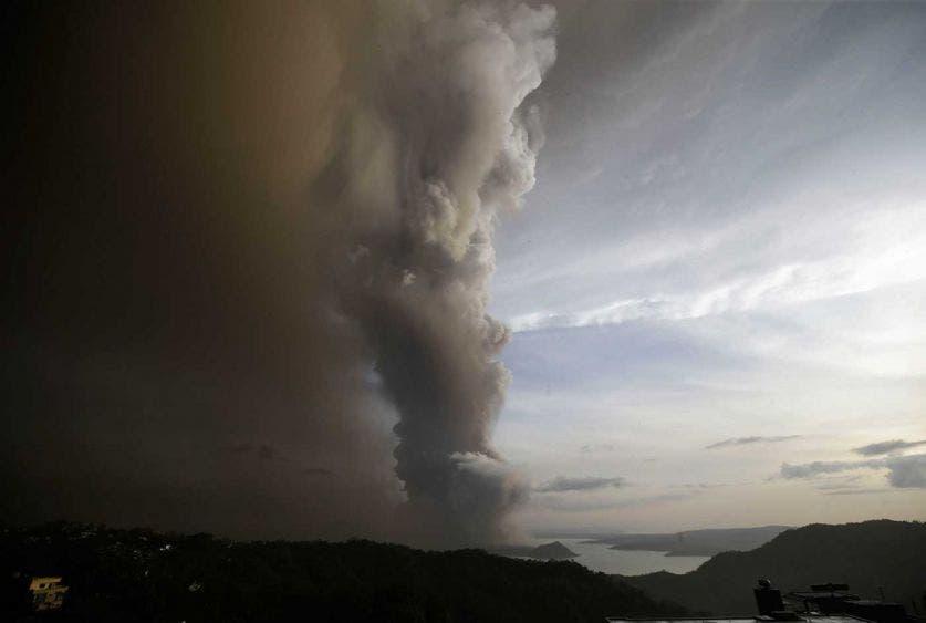 """Alerta volcánica: Evacúan a miles en Filipinas; desalojan a unas ocho mil personas a causa del aumento de la actividad del volcán """"Taal""""."""