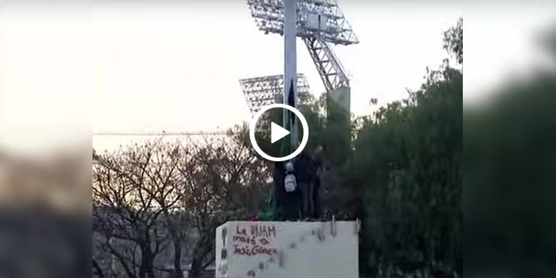 Video: Jóvenes vandalizan bandera de Rectoría en la UNAM