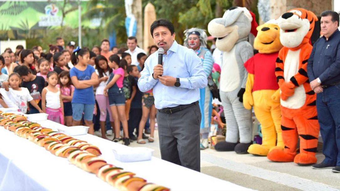 """Festeja Víctor Mas a los niños de Tulum por el """"Día de Reyes"""""""
