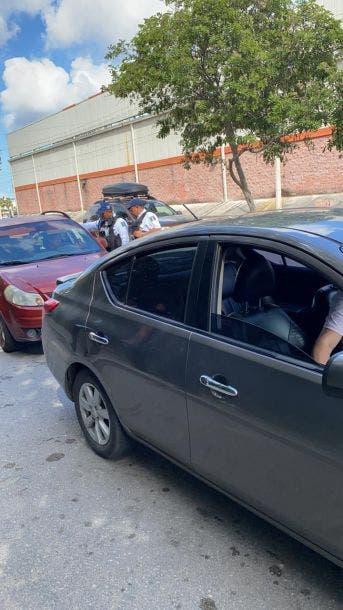 Oscuridad en el operativo contra polarizados en Cancún; los automovilistas se han quejado por deficiencias en el equipo de detección.