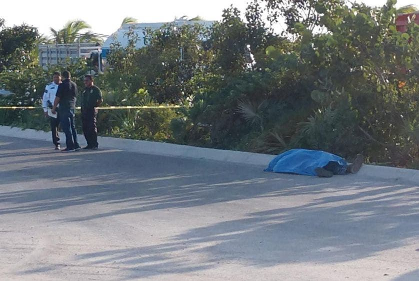 Ejecutan a balazos a guardia de seguridad en Cancún; sicarios se le emperejaron en un vehículo cuando hacía su rondín en una construcción.