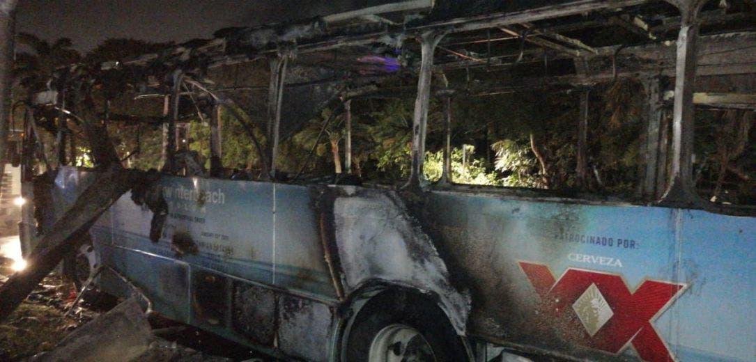 Se incendia autobús de pasajeros en la Zona Hotelera; afortunadamente el percance no dejó lesionados en el bulevar Kululcán.