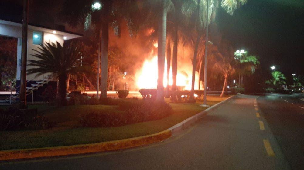 Se incendia autobús de pasajeros en la Zona Hotelera.
