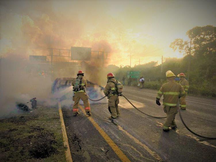 Auto termina envuelto en llamas cerca de Akumal.