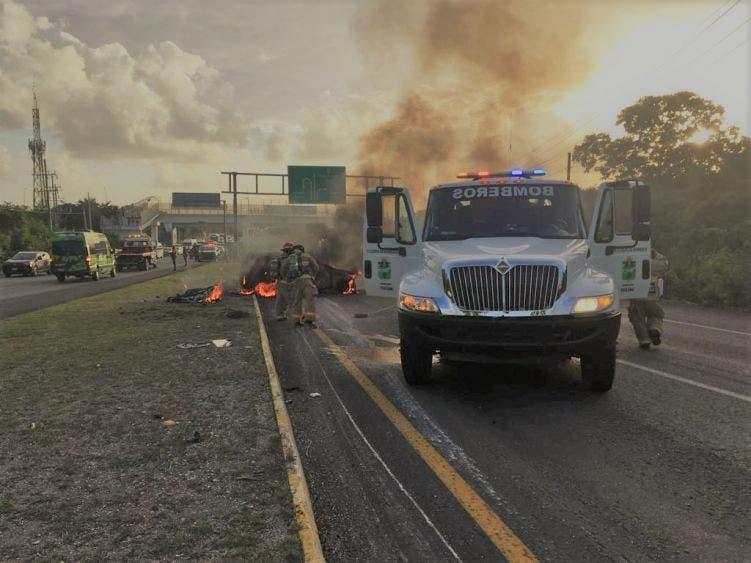 Auto termina envuelto en llamas cerca de Akumal; una mujer viajaba acompañada de otras cuatro ´personas cuando ocurrió el percance.