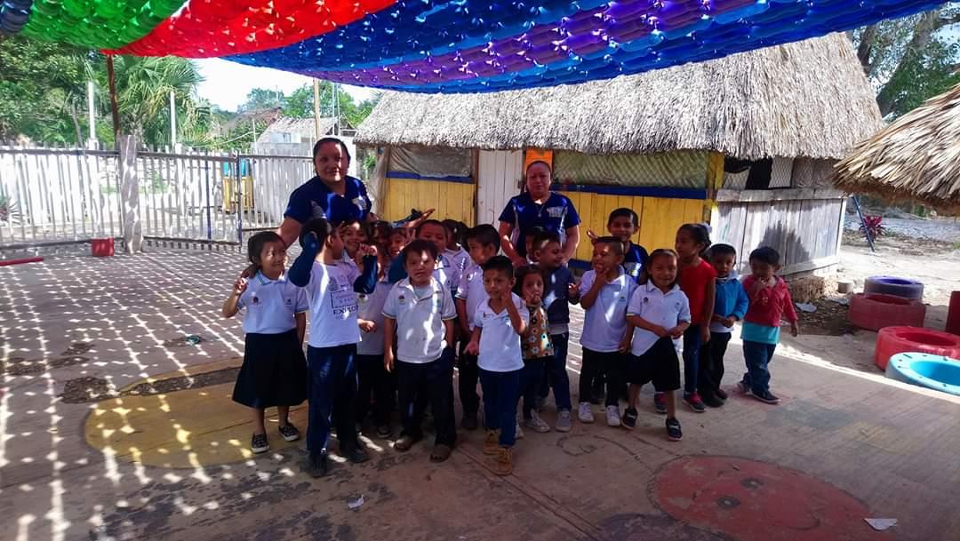 """Techan cancha con material reciclado en preescolar indígena de FCP; entusiasta participación en el kínder """"Benito Juárez""""."""