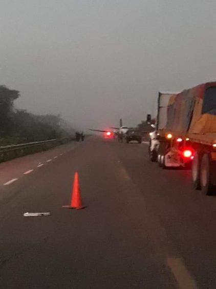 Aterriza una narcoavioneta en la Vía Corta a Mérida; el hecho ocurrió durante la madrigada; personal militar resguarda la zona.