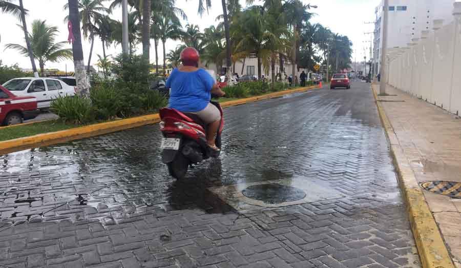 Baches y rebosamiento de drenajes afectan imagen de Isla Mujeres.