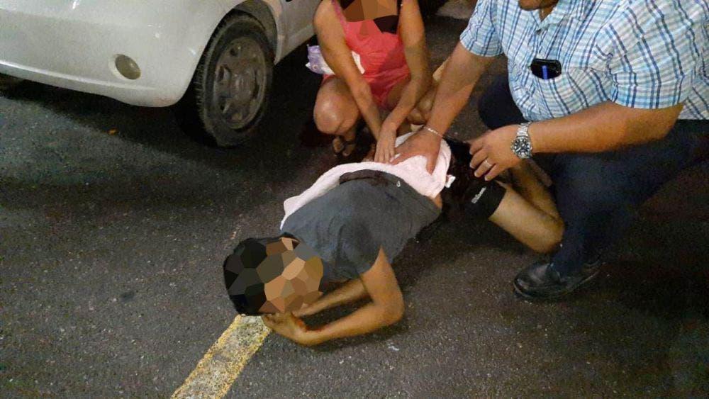 Balean a sujeto en estacionamiento de plaza comercial en Cancún; se disponía a abordar su vehículo cuando dos sujetos le dispararon.