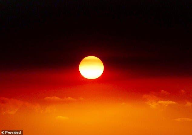 Incendios en Australia recrean la bandera Aborigen en el cielo