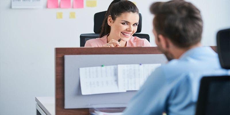Estudio revela que coquetear en el trabajo reduce el estrés