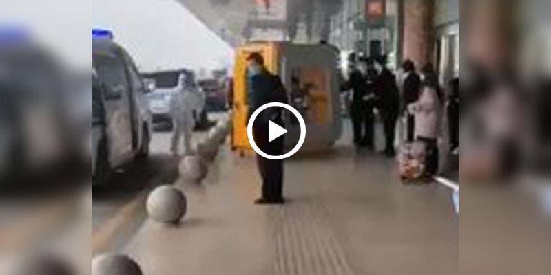 Video: Así trasladaron a un hombre con coronavirus en China