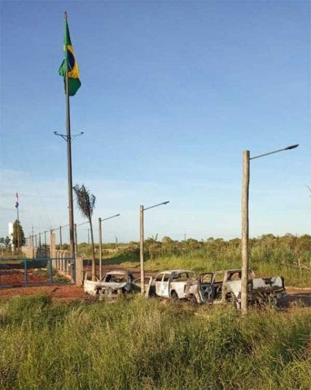 Cinco camionetas en las que se fugaron parte de los reclusos fueron encontradas incendiadas.