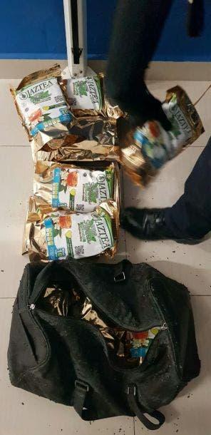 Detienen a mujer con maleta llena de mariguana en Playa del Carmen; elemento canino olfateó la droga en una revisión de rutina.