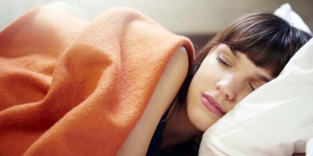 Dormir con el cabello mojado propicia caspa: revela estudio