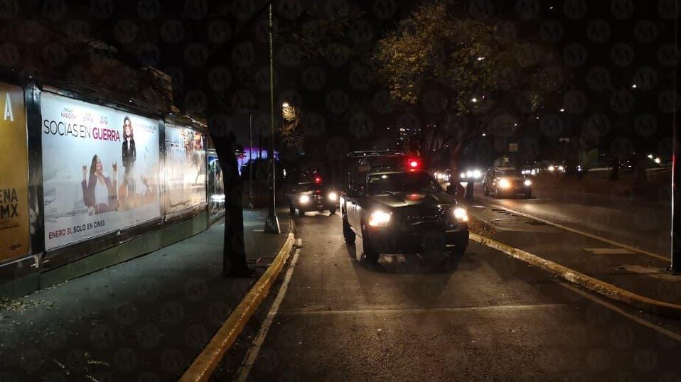 Video: Asaltan a automovilistas en Perisur de la CDMX; dos sujetos aprovechan el tráfico para encañonar a sus víctimas.