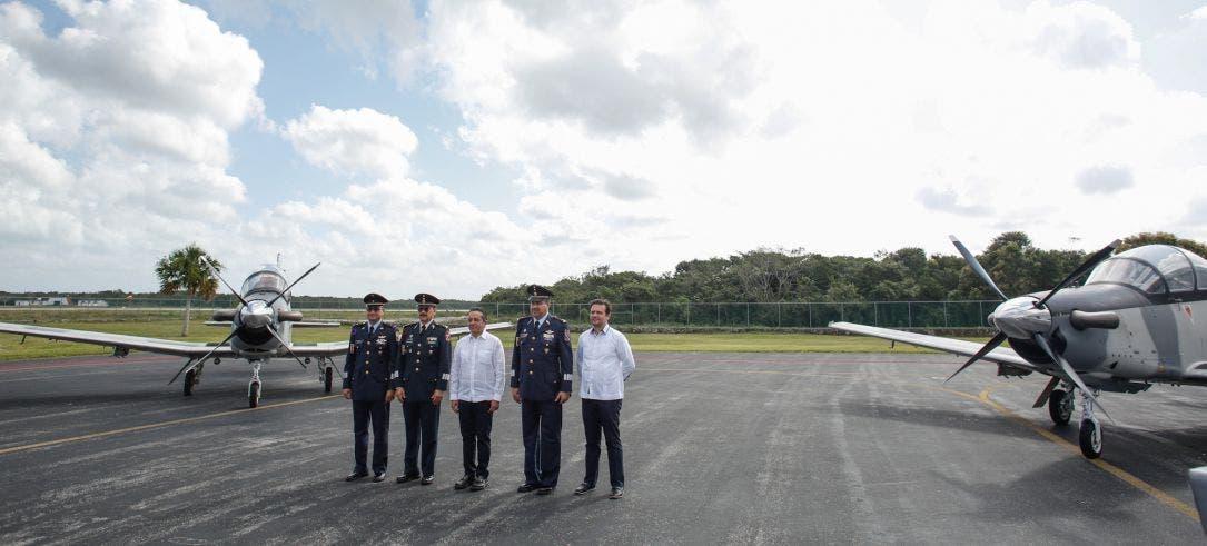 Acompaña el Presidente Municipal al Gobernador del Estado, Carlos Joaquín González, a la conmemoración de la Fuerza Aérea Mexicana en el Hangar del Escuadrón Aéreo 201