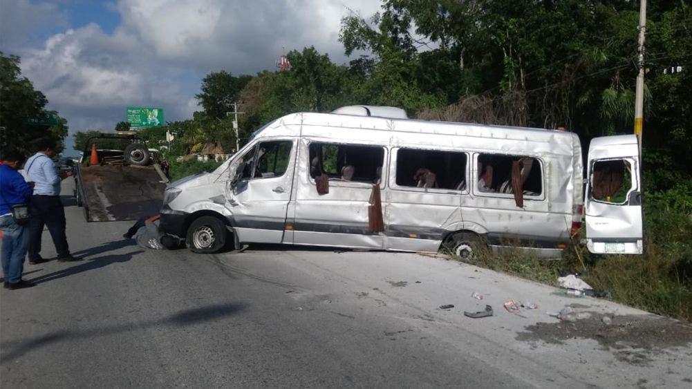 Cancún: 20 turistas peruanos lesionados en volcadura de una Van
