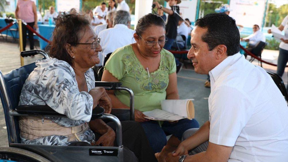 """Atiende Carlos Joaquín a la gente, en audiencia """"Platícale al gobernador"""", en Isla Mujeres"""