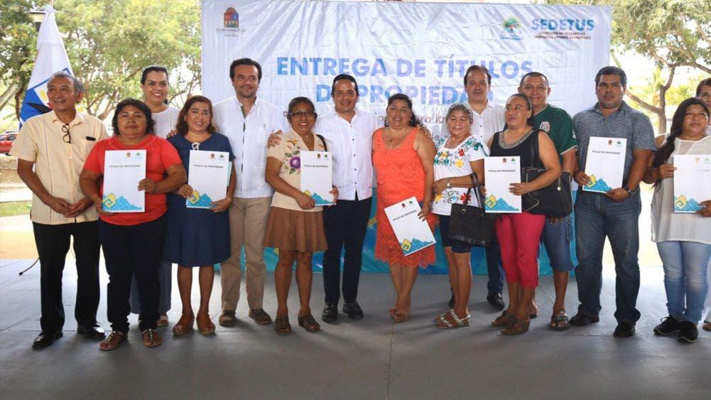 Carlos Joaquín entregó a más de 350 familias títulos de propiedad