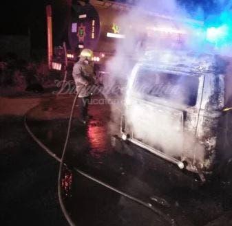 Elementos de bomberos apagando incendio de Combi.- Foto: Diario de Yucatán