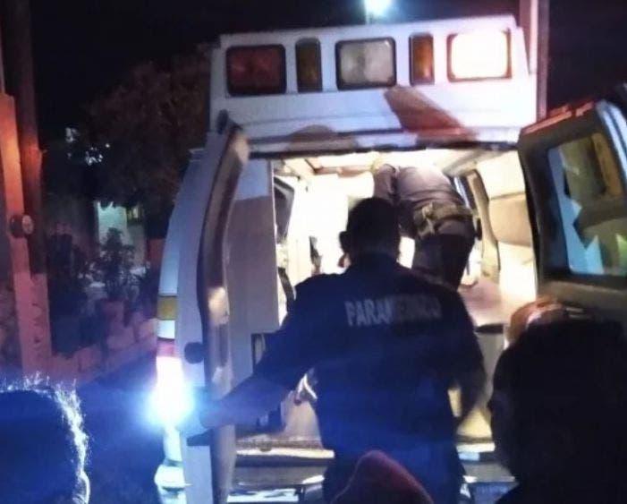 Paramédicos auxiliaron a la mujer atacada con arma blanca por su pareja.