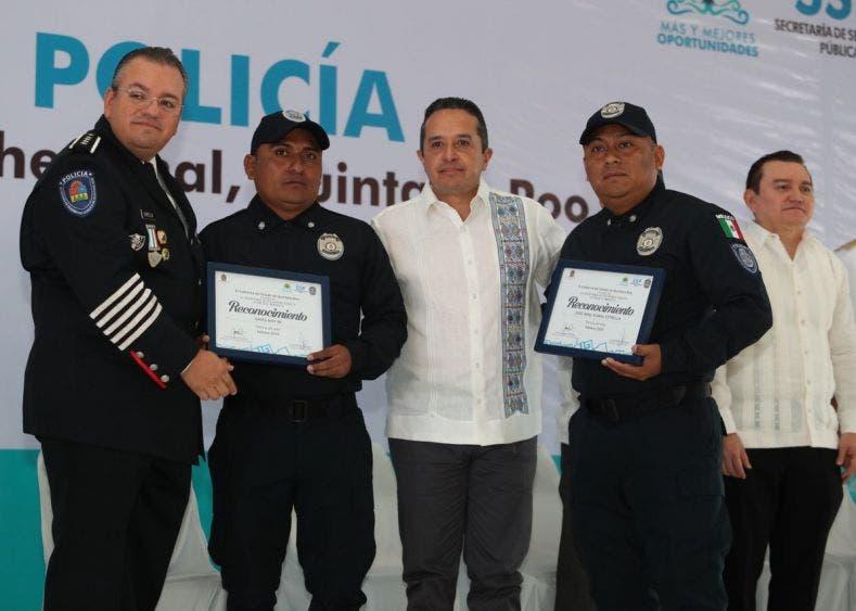 """El gobernador de Quintana Roo entregó reconocimientos a los """"Policías del Año"""" y a quienes cumplieron tiempo de servicio ininterrumpido"""