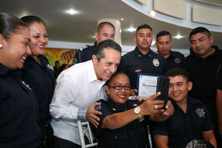 Al dirigirse a los elementos de la Policía Quintana Roo, el gobernador Carlos Joaquín destacó que para recuperar la tranquilidad del estado se requiere trabajar en equipo, con el apoyo de los tres órdenes de gobierno y con la participación de la ciudadanía