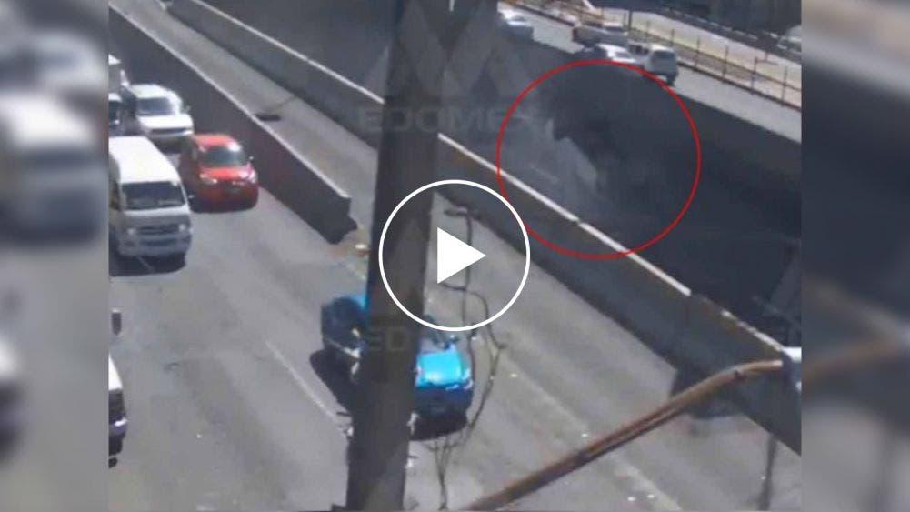 """Video: """"Vuela"""" otro vehículo en el mismo tramo del periférico"""