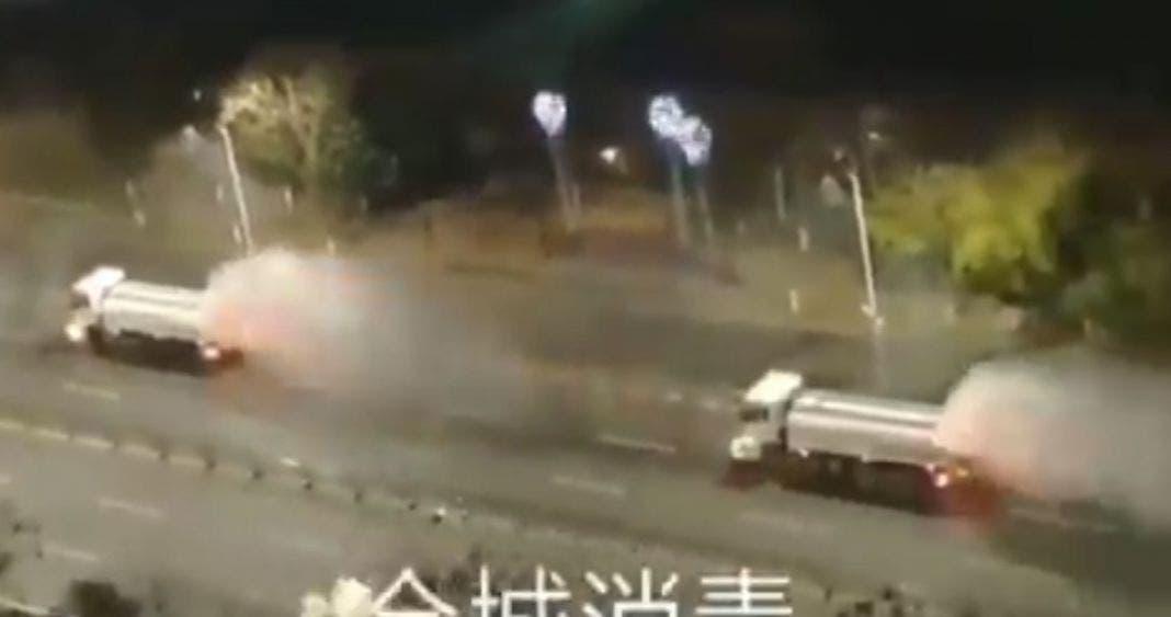 """Fumigan calles de Wuhan, para """"matar el coronavirus"""""""