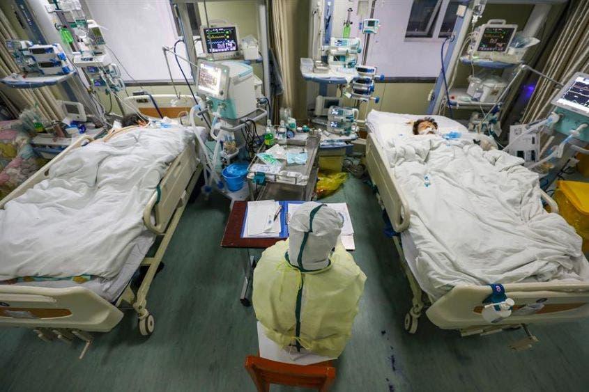 Personal médico trabaja en la unidad de cuidados intensivos aislados en un hospital de Wuhan, provincia de Hubei, China.