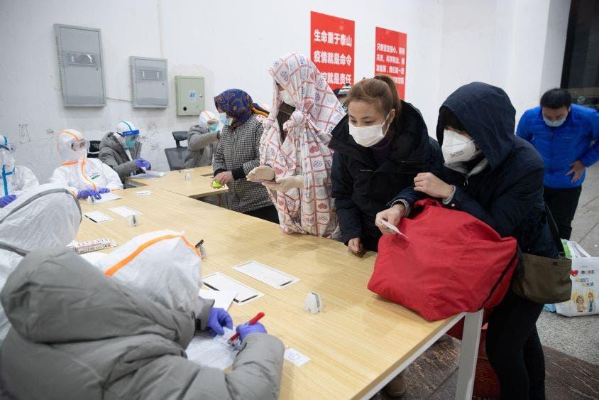 Personal administrativo del hospital de Wuhan no se da a basto con los pacientes infectados por el coronavirus que debe dar de alta.
