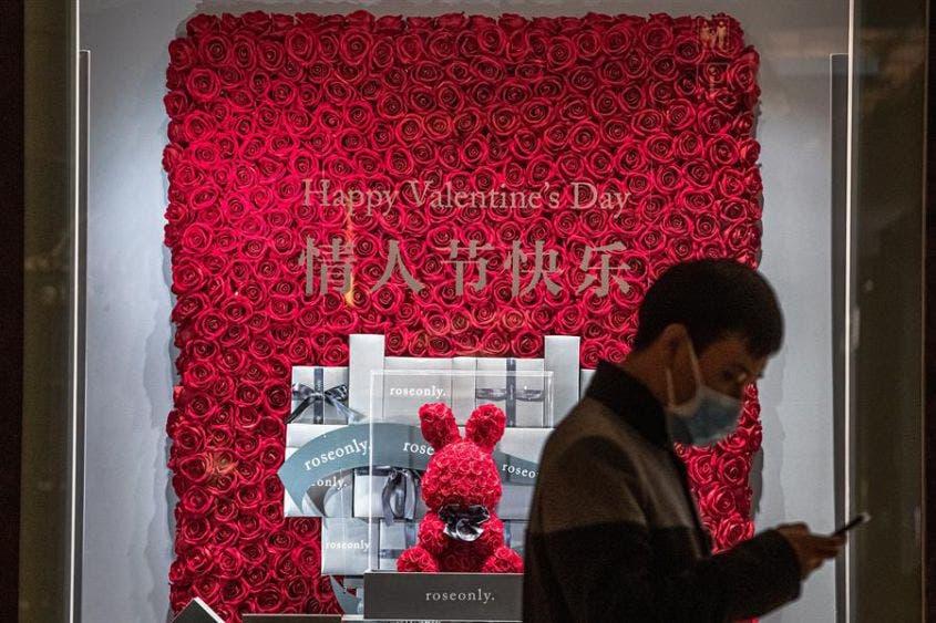 """San Valentín enferma de coronavirus en China; """"amarran"""" a las parejas"""