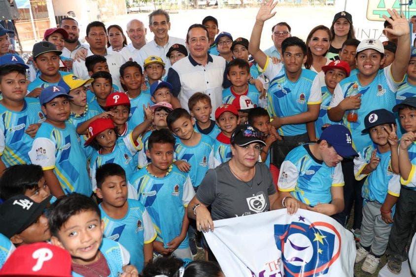 Fuerte impulso al beisbol en Quintana Roo; entregan material deportivo del programa Probeis a jovencitos que se integran.