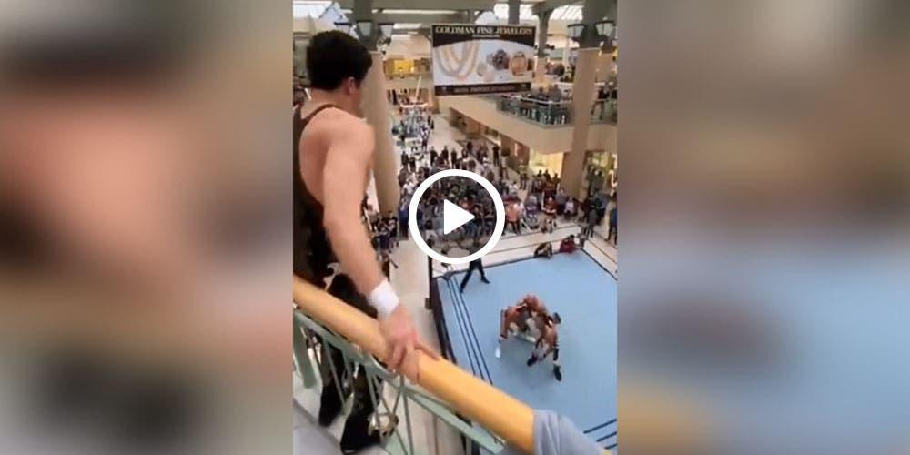 Luchador se lanza desde el segundo piso de centro comercial (video)