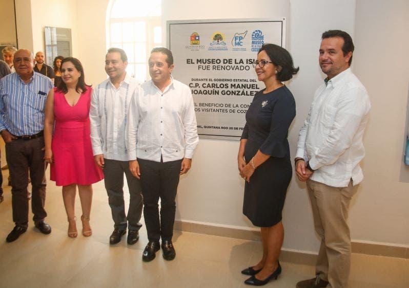 La Presidenta y el Director de la FPMC agradecen al Presidente Municipal de Cozumel por ser el principal precursor del remozamiento de ese inmueble, ícono de la isla