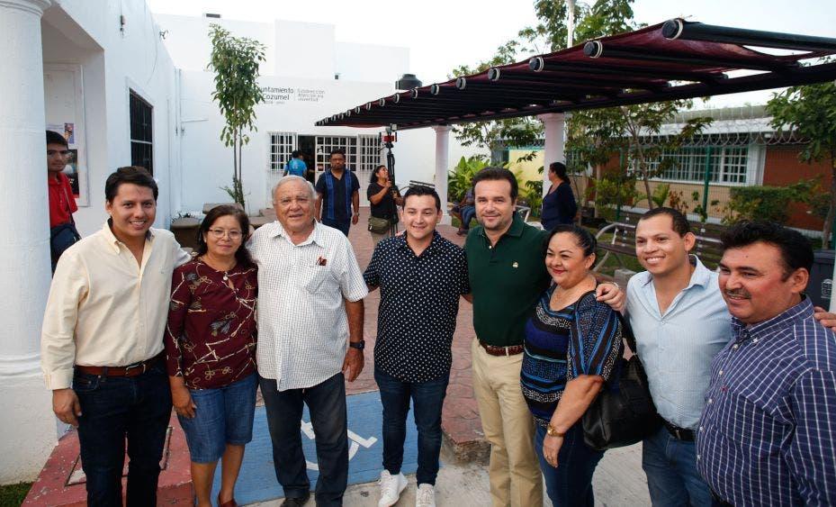 Luego de un recorrido por las instalaciones, vecinos, padres de familia y entrenadores, agradecen a Pedro Joaquín Delbouis por mejorar los servicios públicos y fortalecer la seguridad en espacios de sano esparcimiento, que no fueron atendidos en la pasada administración