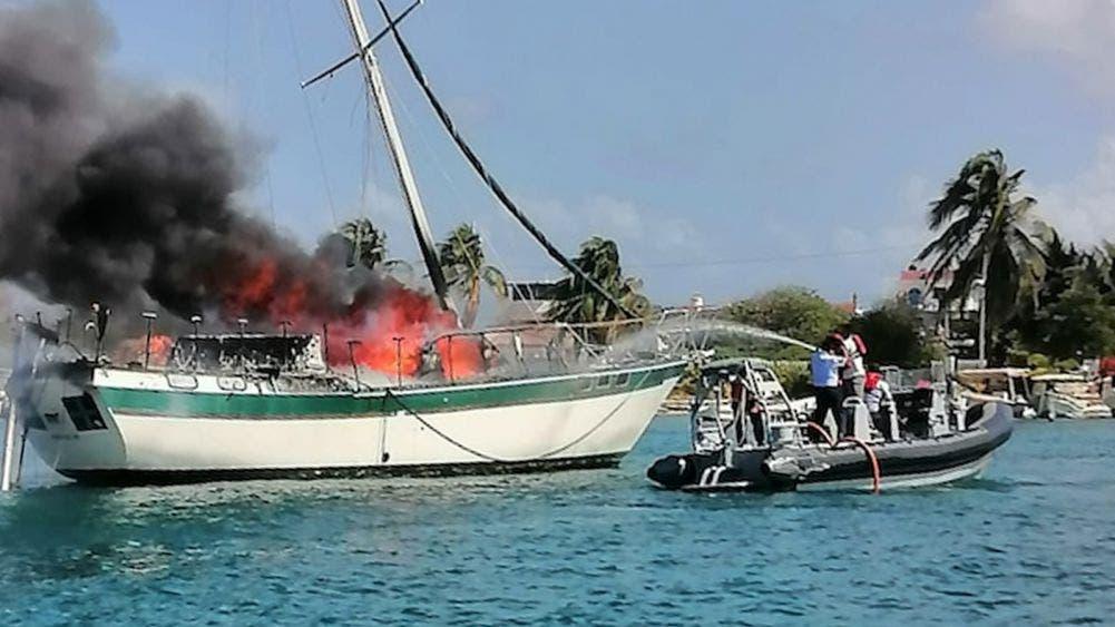 Sofoca Marina-Armada Incendio en velero fondeado en Isla Mujeres