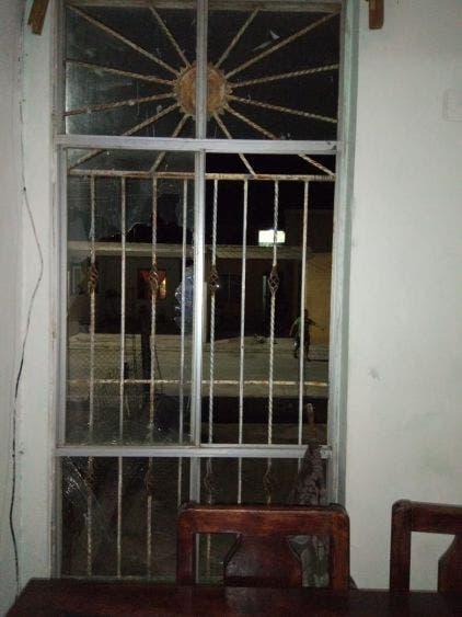 Además de la agresión, también hubo daños en propiedad privada.