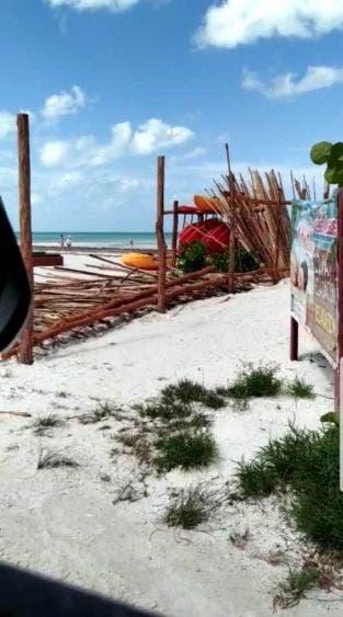 No permitirán que se 'privaticen' las playas en isla Holbox; retira la Zofemat estructuras de madera colocadas por particulares.
