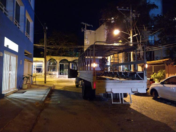 Fuerte movilización policiaca por detonaciones en Puerto Juárez; dos presuntos responsables fueron detenidos en el Arco Vial.