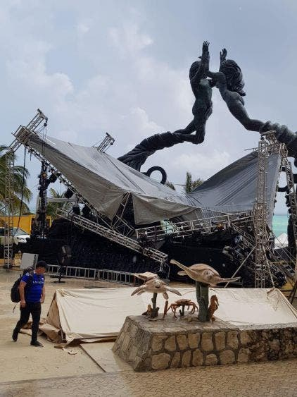 Colapsa escenario para bodas colectivas en Playa del Carmen.